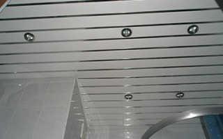 Как монтировать реечный подвесной потолок в ванной