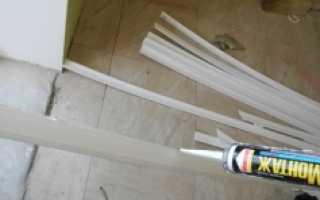 Как правильно наклеить потолочный плинтус