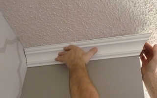 Как правильно приклеить потолочный плинтус в углах