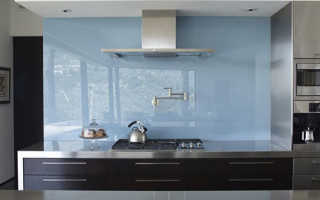 Как крепить стеклянный фартук на кухне